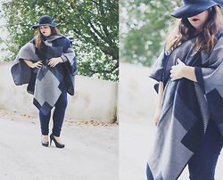 Joana Cardoso - Lemon&Ginger Grey Patch Cape, H&M Navy Skinny Jeans, Blanco Floppy Hat - Batman Modern Tale