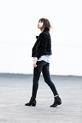 Rima Vaidila - Paige Denim And Shearling Jacket, First Base Oversized Sheer Tee, R13 Denim Grey Skinny Jeans, Tba Leather Ankle Boots - Shades of grey