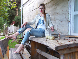 Sonia Verardo -  - Boyfriend jeans & graphic tee, always so chic!
