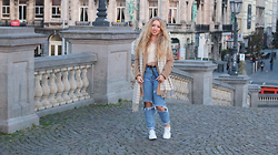 Lilia - Forever 21 Camel Coat, Pull & Bear Diy Ripped Mom Jeans, Nike Janoski, H&M Cropped Fluffy Sweater, Monki Grid Scarf - EXPLORING ANTWERP