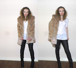 Izzy - Miss Selfridge Faux Fur Coat, Miss Selfridge White T Shirt, H&M Biker Leggings, Miss Selfridge Biker Boots - Rawr.
