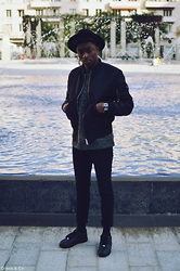 Marc-Henri Ngandu - Boy London Réversible Bomber, New Look Pullover, H&M Black Skinny Jeans, Nike Low Black Air Force One - Simplement.