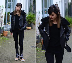 Lucy De B. - Nike Trainers - Today