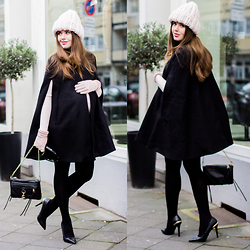 Frau Eismann -  - Black cape coat