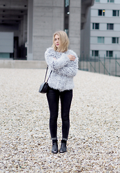 Jenni R. - Noisy May Faux Fur Jacket, Never Denim Jeans, Object Ankle Boots, Second Hand Bag, Efva Attling Ring, Pink Lipstick - Furry day