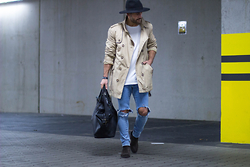 Kosta Williams - H&M Fedora, Asos Trenchcoat, Comme Des Garçons White Shirt, H&M Skinny Jeans ( Self Customized ), H&M Chelsea Boots, Primark Duffle Bag - He´s kinda selfimpressed