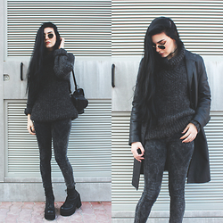 CLAUDIA Holynights - Ray Ban Shades, Acid Reign Wash Jeans, Unif Choke Boots, Oversized Jumper - Acid wash and dark grey
