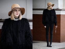 Lidia Nawara - River Island Fur, Zara Shoes - SUNDAY - ALL BLACK / MISBHV TURTLENECK