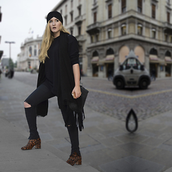 Valia Kas - Zara Turban, Zara Printed Leather Boots, Zara Black Scarf, Unknown Suede Fringed Bag, Ripped Knee Jeans, H&M Oversized Sweater - Boho Or Not