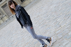 Lucy De B. - Nike Trainers - Paris