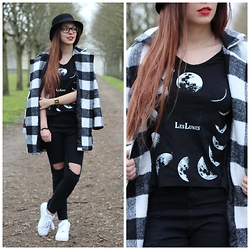 Lauranne Fait des bêtises - Jollychic Moon Shirt, Jollychic Coat, Sheinside Destroy Pants, Nike Air Force 1, Vintage Hat - Moon