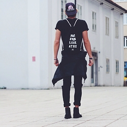 Richy Koll - H&M Chealse Boots, H&M Black Jeans, Zara Leather Jacket, H&M T Shirt, Stüssy Cap, Baggy - Blogpost in work... ✌️