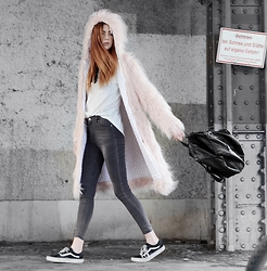 Ebba Zingmark - Style Moi Coat, Style Moi Jeans, Style Moi Top, Vans Sneakers, Style Moi Backpack - FURRY