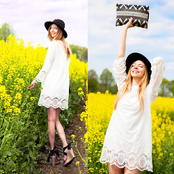 Dana Lohmüller - Glamorous White Boho Dress, Asos Fedora Hat, Neat To. Boho Clutch, Ugg Wedge Sandals - The white Boho Dress
