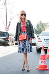 Linsey Sijmons - Prada Sunglasses, Comme Des Garçons Shirt, Moschino Bag, Wood Skirt, Christian Louboutin Shoes - FASHION LAND PARIS