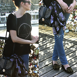 Nesrine Bendriss - Eleven Paris Shirt, Ray Ban Wayfarer, H&M Scarf, Stradivarius Bag, H&M Jeans - Lovers Bridge Nailed