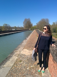 Lapines Crétines - Zara Blouse, Zara Jean, Repetto Ballerines, Clarks Sac, Mugler Lunettes - Sur le pont-canal