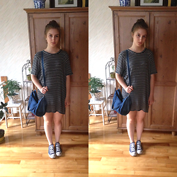 Amélia T. - Brandy Melville Usa T Shirt Dress, Thrifted Sporty Bag, Converse Sneakers - Downtown