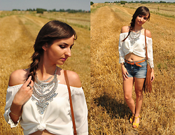 Natalia Uliasz - Happiness Boutique Xxl Necklace, New Dress Blouse With Bare Shoulders, Bershka Denim Shorts, H&M Handbag With Tassels, Czas Na Buty Sandals - W łanach zbóż...