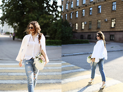 Helena Ivanova - Blue Ripped Jeans, Bag Is Made By Heleniv, Zerouv Sunglasses -   Lana Del Rey — Blue Jeans, White Shirt ...
