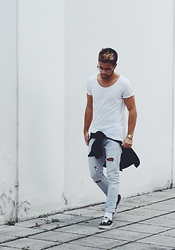 Kevin Elezaj - Vans Sneakers, Zara Jeans, Blood Brother Shirt, H&M T Shirt, Casio Watch, Asos Glasses - Future