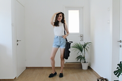 Alona Bronstein - Stradivarius Top, Levi's® Vintage Shorts, Bershka Loafers - Back from Berlin.