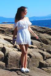 Bárbara Cea - Znu White Dress, Bershka White Sneakers, Polette Eyewear White Round Sunglasses - Total white!