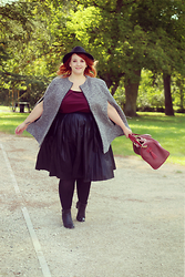 Audrey G. - Sõasõa Cape Coat, Lovedrobe Burgundy Dress Wear Like A Top, Asos Curve Black Pleated Skirt, Balsamik Black Low Boots, Balsamik Black Hat, My Fancy Factory Burgundy Leather Bag - Welcome Autumn !