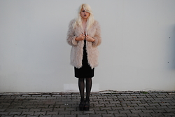 Monika Sekowska - H&M Baby Pink Faux Fur, Missguided Black Velvet Dress, Zara Black Platform Sandals - Cosy/elegant look