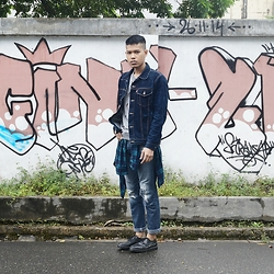 Muallif Fachrozi - Levi's® Denim Outer, Shift Grey Sweater, Celcius Flanel Shirt, Black Id Ripped Jeans, Beevy Shoes Black Oxford - Mural