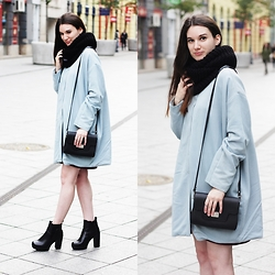 Mimi Papp - Beango Blue Coat, Juhaszdora Black Shoulder Bag, The Mama Kin Silver Rings, Andreaszanyi Black Knitted Scarf - Coat tales