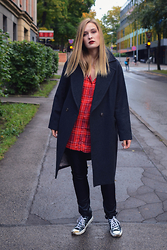 Laura Alksne - Converse Sneakers, Lindex Faux Leather Trousers, Mohito Shirt, H&M Coat - OVERSIZED GOODNESS