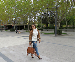 Ana Blacksmith - Stradivarius Jersey, Zara Jacket, Sheinside Jeans, El Potro Bag, Marypaz Heels - MONDAY
