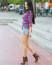 Rachel Vogt - Uniqlo Plaid Shirt, Tory Burch Booties, Express Short, Myblog - Plaid look1