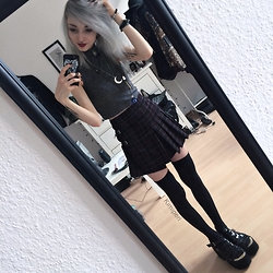 Kimi Peri - Current Mood Clothing Sinner Plaid Skirt, Tk Maxx Overknees, Loud Look Platform Sandals, H&M Grey Crop Top, Black Moon Necklace, Selfmade Necklace, Choker - Little Sinner