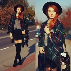 Katarzyna Konderak - Chain, Cape, H&M Heels - Plaid cape.