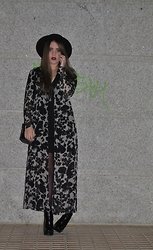 Carmen Méndez - Zara Little Black Dress, Zara Looney Toones Bag, Zara Boots, Shana Hat - Maxikimono.