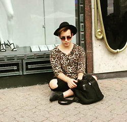 Mitchell Menick - H&M Longshirt Leopard, Zara Black Skinny With Open Knee, Scuba Backpack, Zara Carbon Sneakers - BudapestWildness