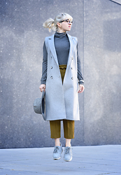 Esra E. - River Island Grey Long Sleeveless Coat, Zara High Waisted Mustard Pants, Zara Grey Sneakers, Catarzi Grey Fedora Hat - Business look