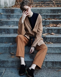 Mikko Puttonen - Cos Top, H&M Coat, H&M Trousers, Finsk Shoes - Camel | IG @mikkoputtonen