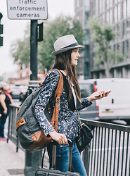 Laura Lambert - Fedora, Printed Blazer, Jeans, Backpack, Suitcase, Apple Iphone, Burberry Monogrammed Backpack - Londres #travel @Burberry @lookbook