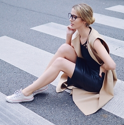 Meryl Denis - Converse Shoes, Bershka Skirt, Zara Coat, Undiz Body, L'usine à Lunettes Glasses - Chic glasses
