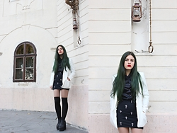 Leonarda Eufemia - H&M White Boyfriend Blazer, Bershka Cross Print Skirt, Black Silk Collar Shirt, H&M Black Platforms - Emerald Green