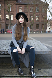 Andrea Funk / andysparkles.de - Dresslily Dress, Dr. Martens Boots, Forever 21 Bag - Grey Layering - Ripped Jeans & Grey Dress