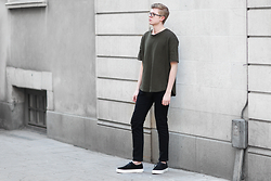 Rasmus Lindahl - H&M T Shirt, Weekday Jeans, Eytys Sneakers - Green t-shirt