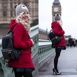 Eleonora Petrella - Ventifive Red Montgomery - A red Montgomery on Westminster Bridge – London