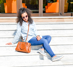 Chiara Culture With Coco - Gap Denim, Gap Skinny Jeans, Ralph Lauren Brown Shoulder Bag, Baublebar Seagulls Statement Necklace, Black Frys Sunglasses White Beige Rim, Chiara Ferragni Glitter Mettalic - Double Denim