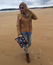 Zorione Arego - Desconocida Clutch, Mango Jacket, Ray Ban Sunglasses - Whisky and blue