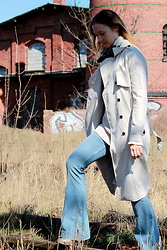 Karolina - Forever 21 Trench Coat, H&M Flare Jeans - Spring in 70's style