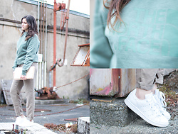 Nesrine Bendriss - The North Face Crewneck Sweat, Adidas Stan Smith, Comptoir Des Cotonniers Pants, Boohoo Clutch - Pretty in Kaki